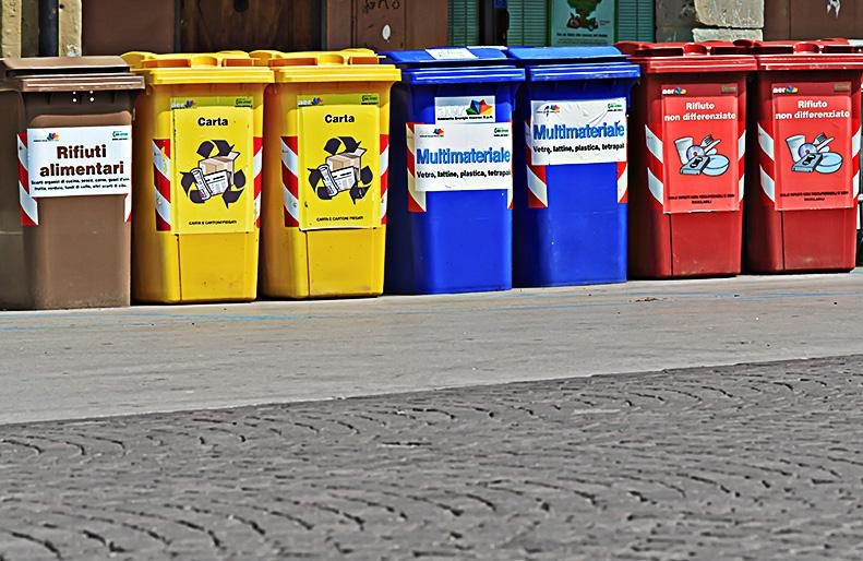 bidoni per il riciclaggio in Piazza Ficino il primo maggio