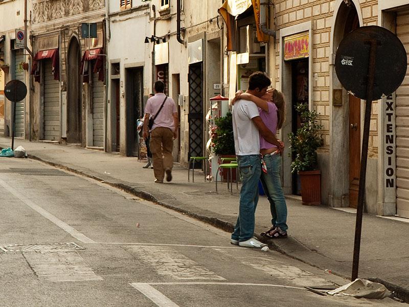 Al tramonto due giovani si salutano in Corso Garibali a Figline nel Valdarno
