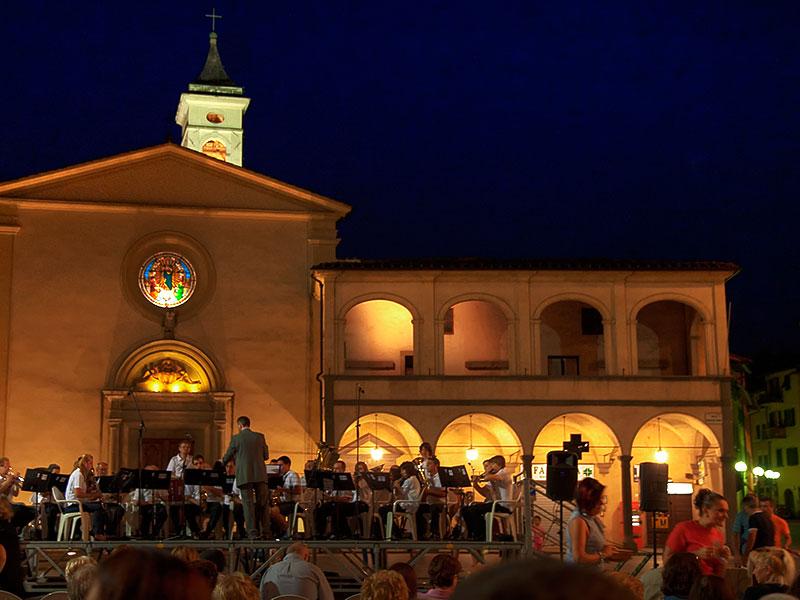 La banda di Terranova Bracciolini si esibisce in Piazza Marsilio Ficino a Figline Valdarno