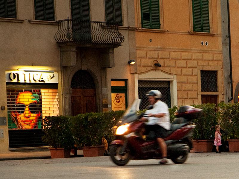 Un motociclista attraversa furtivamente la zona strettamente pedonale della Piazza Marsilio Ficino a Figline.