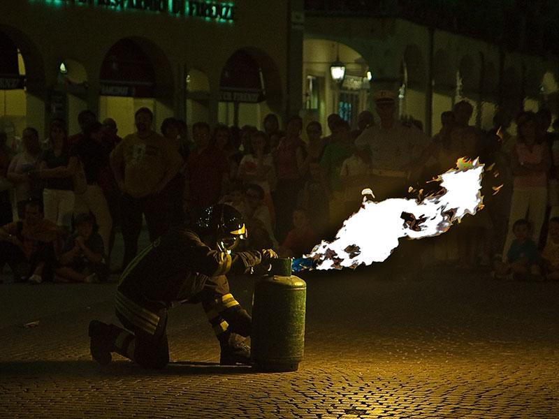 un vigile del fuoco spenge una bombola incendiata nella Piazza Marsilio Ficino a Figline Valdarno