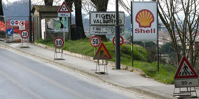 12 cartelli stradali all'ingresso a Figline