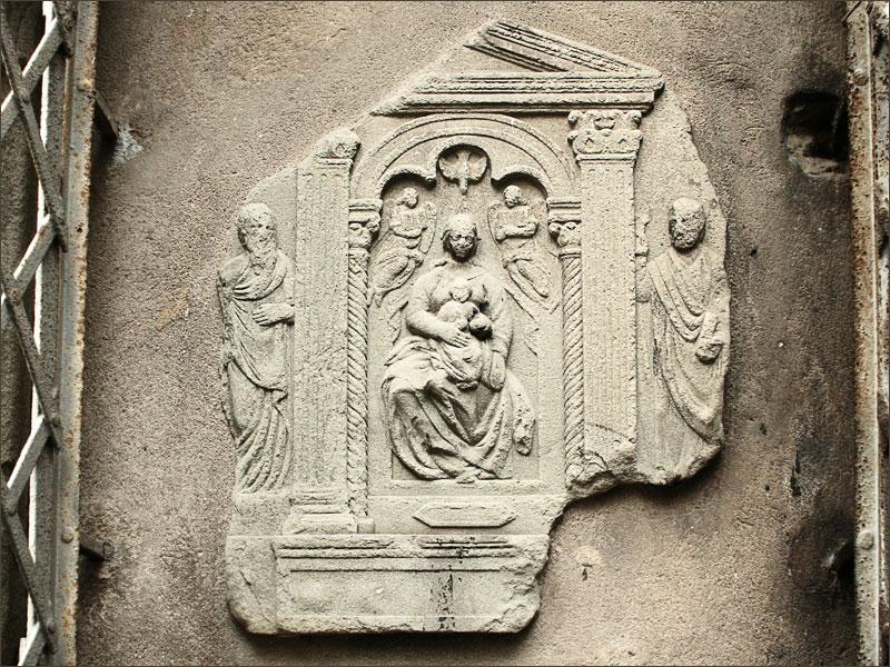 Antico tabernacolo sul muro  di Figline, in fono a via Guinelli