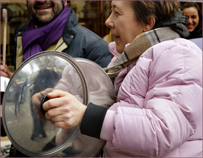 Donna con coperchi durante un cacerolazo a Firenze