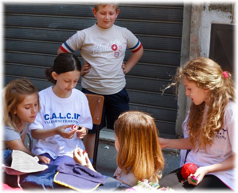 Figline ricicla, il gruppo delle ragazze pompom cercano di vendere i loro vecchi vestiti e giocattoli