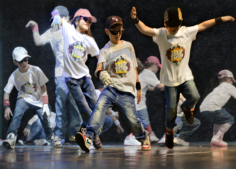 un gruppo di bambini balla a suono di hip hop