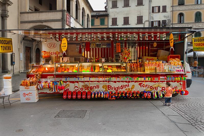 bancarella-camion al mercatino dell'artigianato e dell'antiquariato a Figline