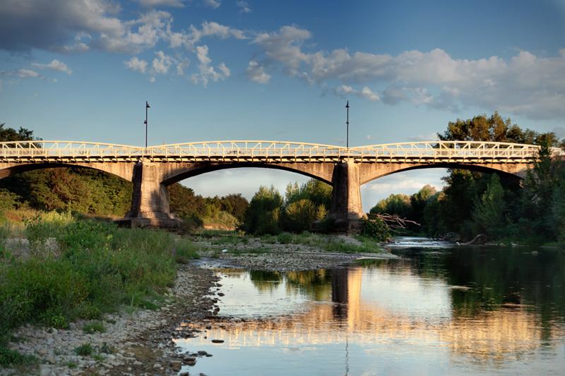 Il ponte sul'Arno a Figline Valdarno, con passerella