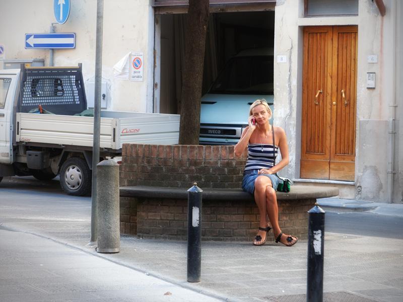 una giovane turista si riposa su una panchina vicino alla piazza centrale