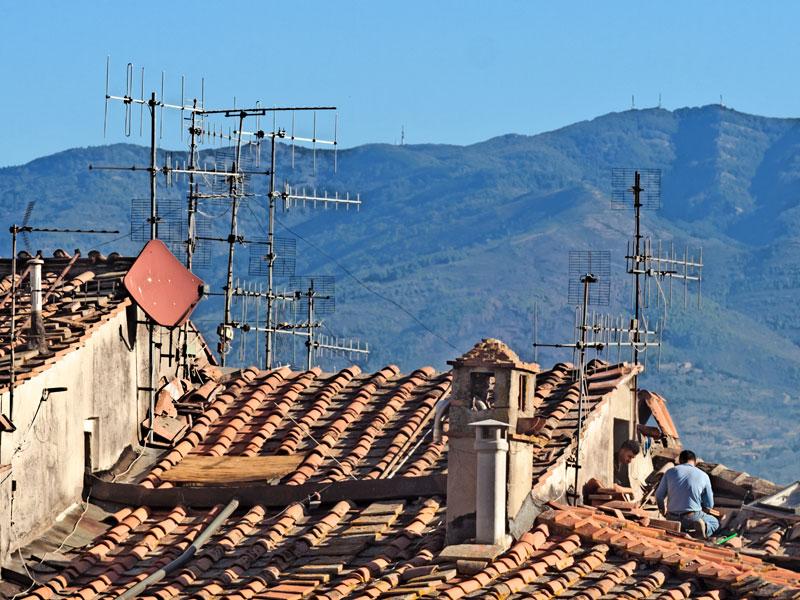 Antennisti sui tetti di Figline preparano un impianto allo switch off