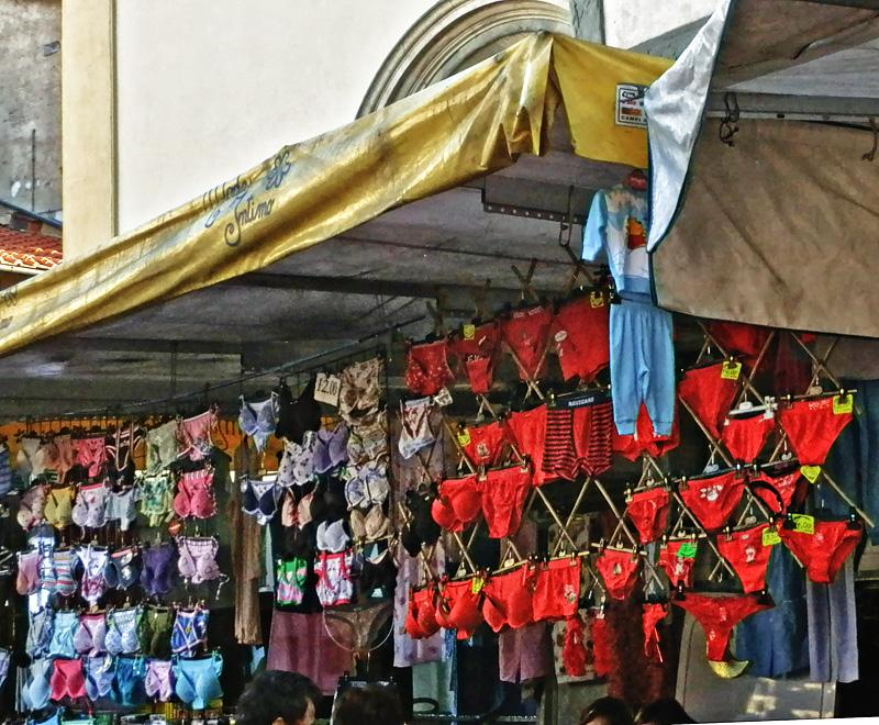 Mutande rosse esposte sul sagrato della Collegiata a Figline Valdarno