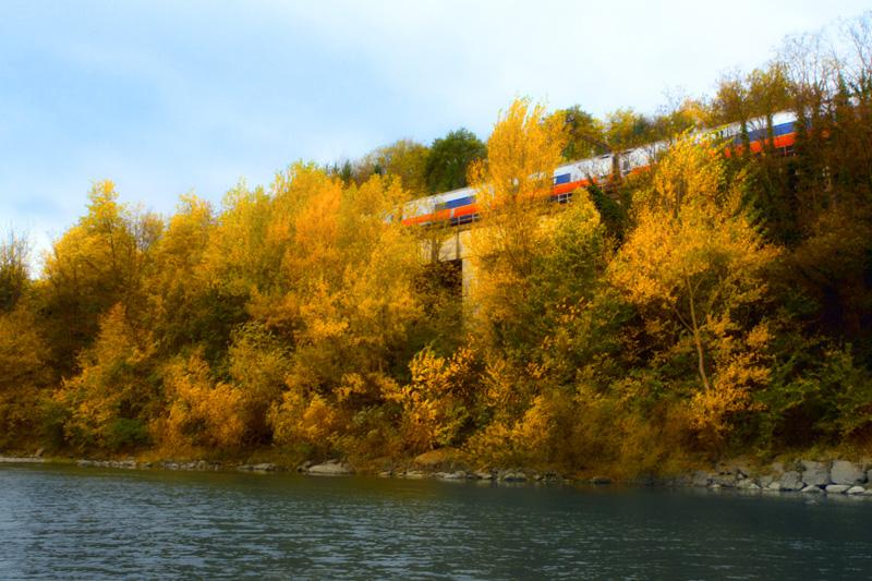 Un treno passa da Bruscheto dove si trova il ponte di Annibale