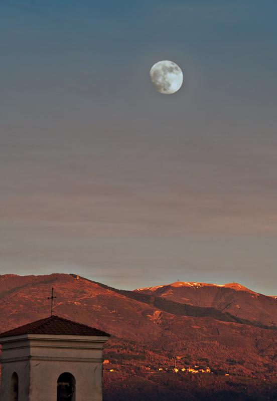 La luna piena sul massiccio del Pratomagno