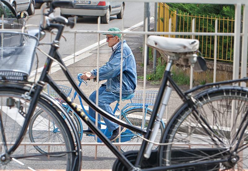 Un anziano in bici a Figline Valdarno