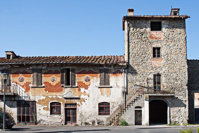 casa con facciata dipinta a Figline, via Gramsci