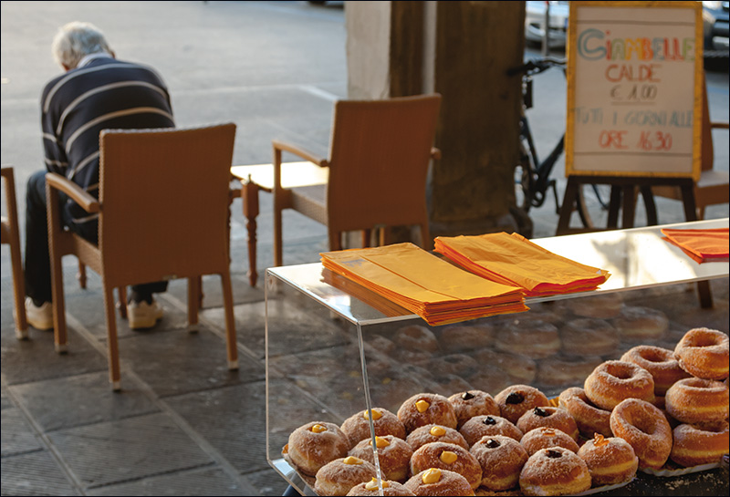 Bomboloni e ciambelle calde a Figline in Piazza Ficino