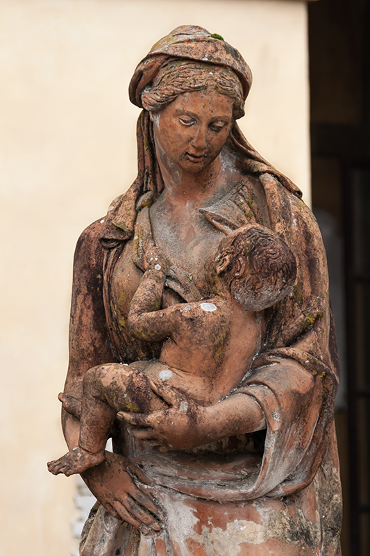 Statua della Carità al cimitero della Misericordia a Figline Valdarno